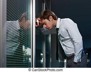 triste, homem negócios, inclinar-se, janela, i