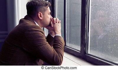 triste, il, pleuvoir, complet, fenêtre., homme, stands, ...