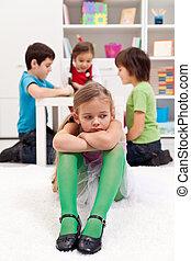 triste, menininha, sentando, excluído, por, a, outro, crianças