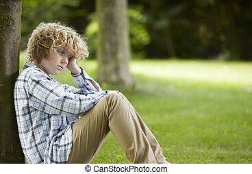 triste, menino sentando, parque