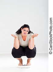 triste, mujer con sobrepeso, en, escala