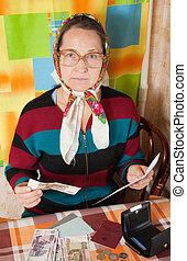 triste, mujer mayor, con, cuenta, y, dinero