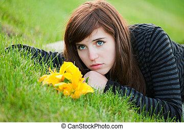 triste, mulher jovem, mentir grama
