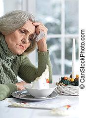 triste, mulher sênior, sentando