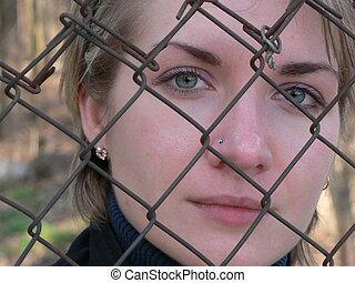triste, niña, detrás de la cerca