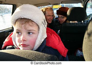 triste, niño, en, invierno, automóvil de familia
