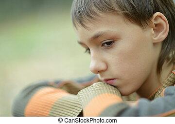 triste, niño pequeño, aire libre, en, otoño