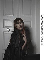 triste, oscuridad, belleza, debajo, lluvia, pelo rojo, mujer, con, largo, abrigo negro
