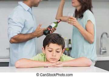 triste, pais, enquanto, closeup, discutir, filho