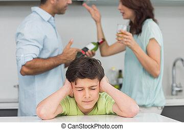 triste, pais, enquanto, discutir, cobertura, menino, orelhas, jovem