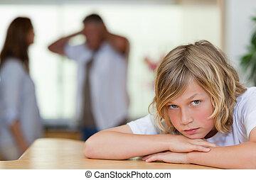 triste, parents, discuter, regarder, garçon, derrière, lui
