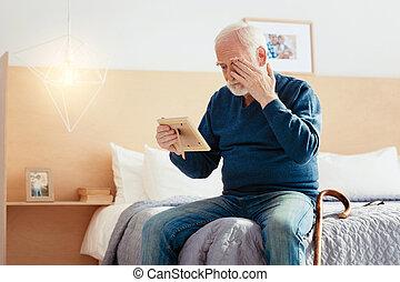 triste, pensionista, el suyo, ojo, cubierta