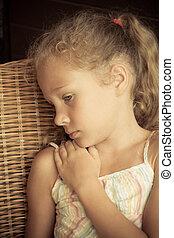 triste, ragazza, sedendo sedia