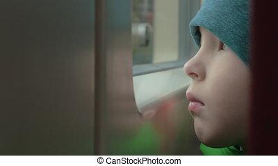 triste, regarder, fenêtre, train, enfant, dehors