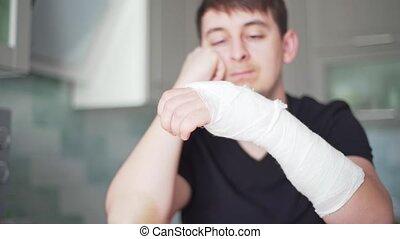 triste, santé, fracture, homme, arm., restrictions., main cassée
