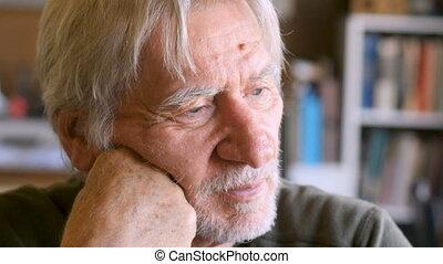 triste, solitaire, vieillissement, homme aîné, essuyer, sien, yeux, et, regarder, déprimé, et, percé