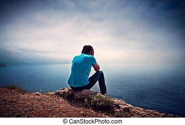 triste, solo, niño, en, un, colina, pasar por alto el mar