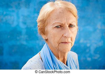 triste, vieux, blonds, femme regarde, appareil-photo