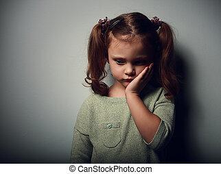 tristeza, criança, menina, olhar, unhappy., closeup, retrato, ligado, experiência escura