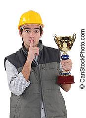 trofeum, jego, filiżanka, ręka., pracownik, shushing, znowu, zbudowanie, posiadanie