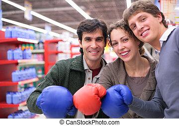 trois amis, dans, gants boxe, dans, magasin