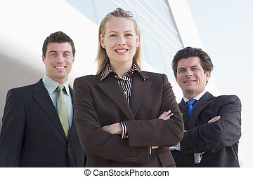trois, businesspeople, debout, dehors, par, bâtiment,...