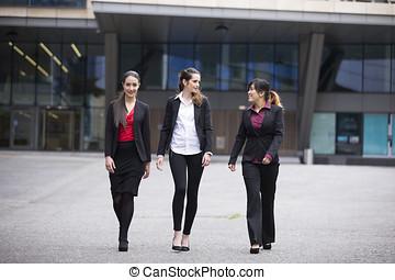 trois, femmes affaires, marche, dehors, et, parler.