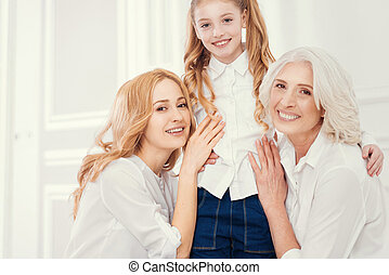 trois générations, de, femmes, poser appareil-photo