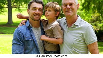 trois générations, de, hommes, sourire, à