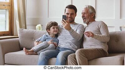trois générations, famille, mâle, heureux, smartphone., ...