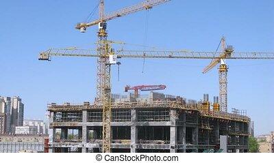 trois, grues, stand, sur, bâtiment, de, gratte-ciel,...