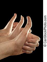 trois, haut, doigts, arrière-plan noir, mains, faire gestes