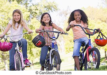 trois, jeune, bicycles, dehors, amis fille, sourire