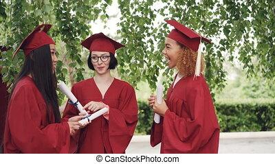 trois, joli, filles, diplômés, are, conversation, et, tenue,...