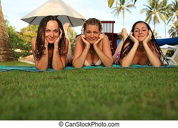 trois, petites amies