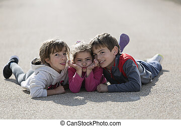 trois, revêtement, route, appareil-photo., enfants, mensonge, terrestre