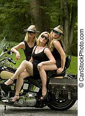 trois, sexy, age moyen, femmes, sur, motocyclette