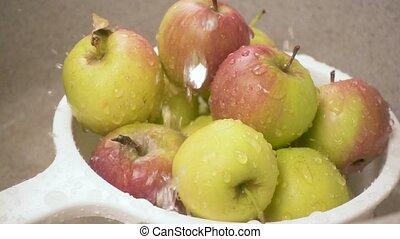 tropfen, von, wasserfallen, auf, äpfel, in, a, nudelsieb, zeitlupe