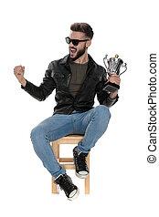 trophée, tasse, séance, main, chaise, crier, homme