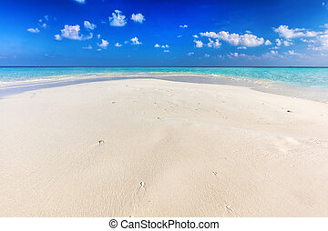 6b5e13cba63 Tropical beach with white sand and clear turquoise ocean. Maldives