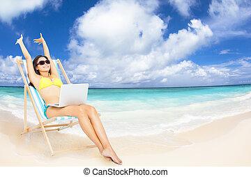tropical, computador portatil, mujer, playa, feliz