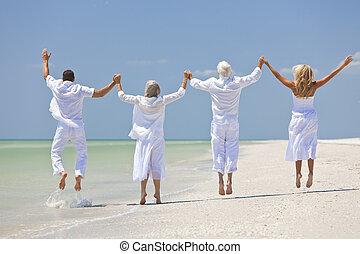 tropical, familia , gente, manos, vista, dos, cuatro, teniendo, parejas, seniors, saltar, tenencia, diversión, celebración, playa, o, trasero, generaciones