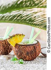 tropical, pinacolada, en, coco, con, piña, y, menta, hojas