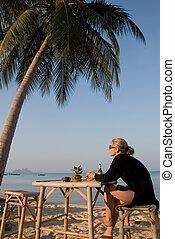 tropicale, tavola, donna, spiaggia, seduta