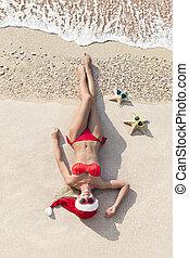 tropikalny, blondynka, święty, lata, barwny, święto, mający kształt, gwiazdy, morze, dzień, błękitny, kobieta, kapelusz, żółty, piaszczysty, serce, ładny, pojęcie, plaża, sunglasses., boże narodzenie, nowy, czerwony