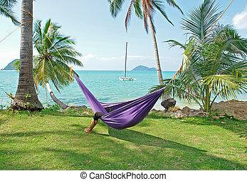 tropikalny, spędza urlop