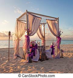 tropikalny, stół, plażowy ślub