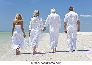 tropikus, gyalogló, család, emberek, kézbesít, kilátás, 2 párosít, seniors, birtok, nemzedék, tengerpart, vagy, fenék, négy