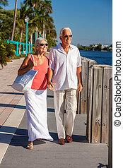 tropikus, vagy, folyó, párosít, boldog, gyalogló, tenger, idősebb ember