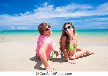 tropische , paar, sandstrand, junger, sitzen